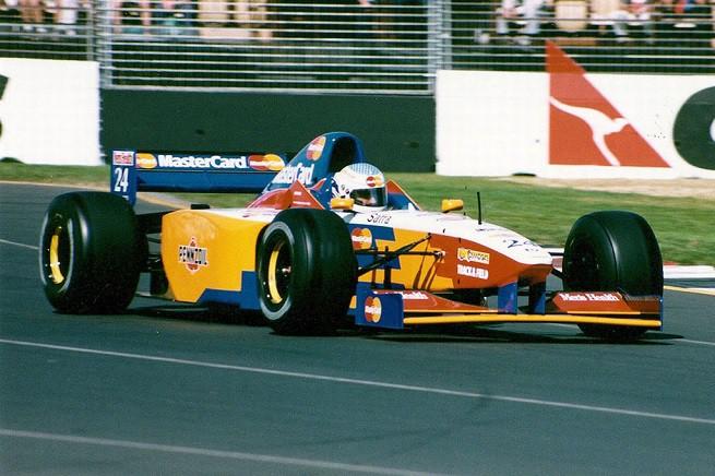 Vincenzo Sospiri durante le prove del disastroso GP di Australia 1997 a Melbourne, quando la Lola del team Mastercard accumulò un ritardo abissale e non fu ammessa in gara, determinando di fatto l'abbandono del team da parte del munifico (in teoria) sponsor