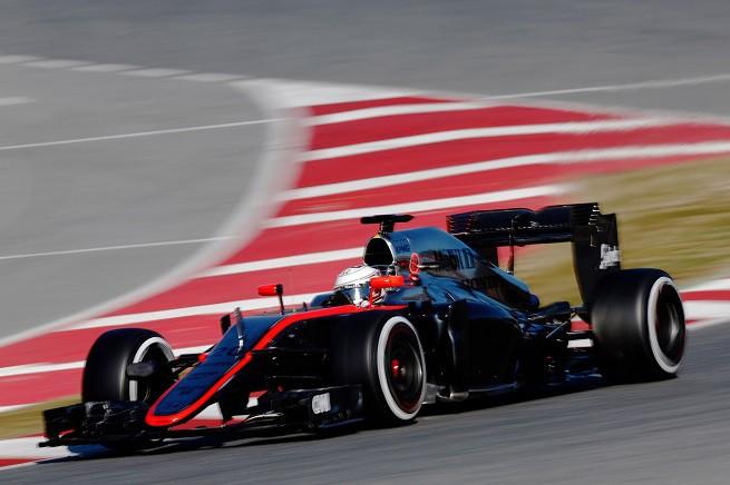Kevin Magnussen sul Circuit de Barcelona-Catalunya durante i test invernali. Si nota la monoposto senza sponsor di rilievo (foto McLaren-Honda)