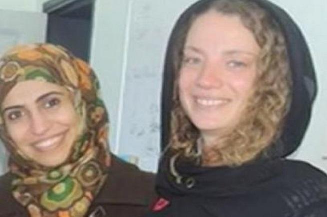 Da destra, Isabelle Prime e la sua interprete yemenita, Cherine Makaoui
