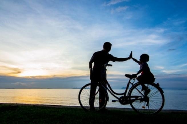 20150319-papa-figli-bici-655x436