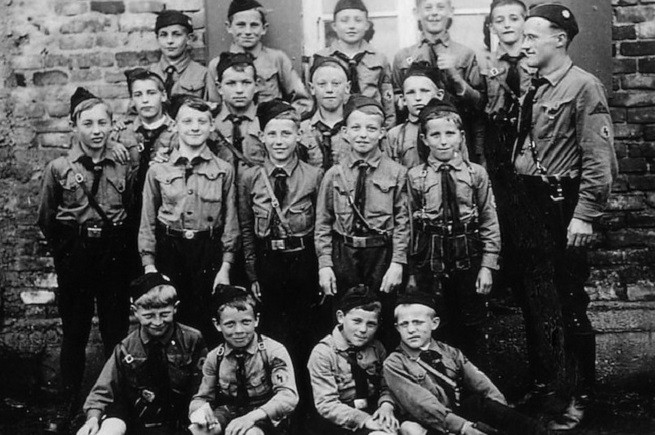 La Hitlerjugend nazista 'originale'. Neanche Giambattista Vico avrebbe potuto prevedere una ripetizione di questo modello criminale di inquinamento delle menti nell'odierna minaccia per l'Umanità: il nazislamismo dell'ISIS