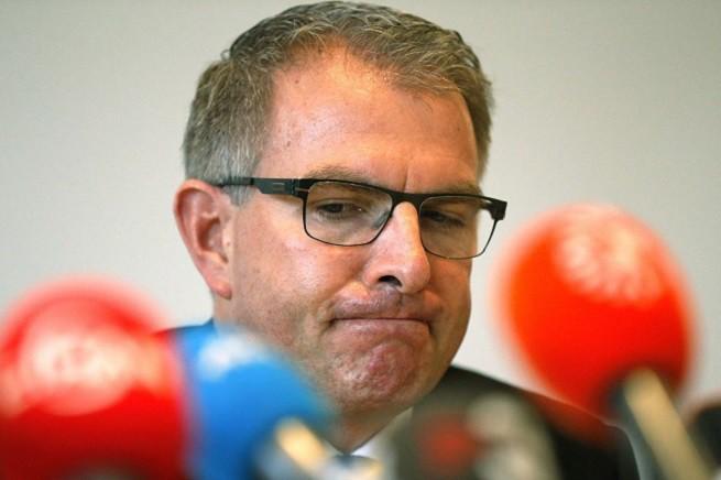 Il CEO della Lufthansa, Carsten Spohr, nel corso della conferenza stampa tenuta oggi a Colonia, in merito agli sviluppi della tragedia del Volo 4U9525 della compagnia Germanwings  (Foto AP/Frank Augstein)