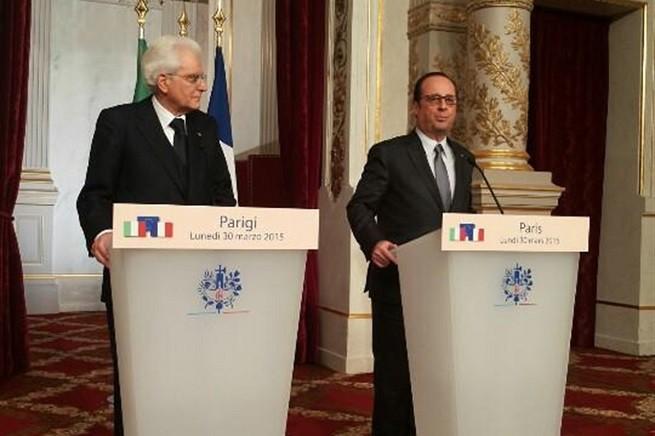 Il Presidente della Repubblica italiana, Sergio Mattarella, e il Presidente della Repubblica francese, François Hollande, nel corso delle dichiarazioni alla stampa (Foto Quirinale)