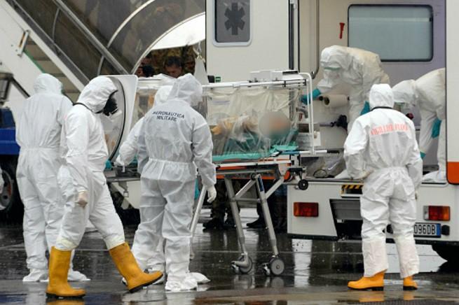 Trasporto speciale di persona contagiata dal virus ebola (foto di repertorio da esercitazione multiforze)