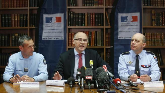 Il colonnello Martial Meuriot (sinistra), il procuratore di Marsiglia, Brice Robin (al centro), e il generale David Galtier (destra) nel corso della conferenza stampa a Marsiglia di giovedì 2 Aprile scorso, dopo la scoperta della seconda scatola nera dell'Airbus A320 della Germanwings