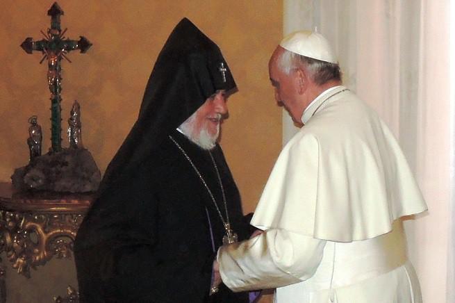 Papa Francesco e Karekin II, Patriarca Supremo e Catholicos di tutti gli Armeni, nell'incontro dell'8 Maggio 2014 (Foto AsiaNews)