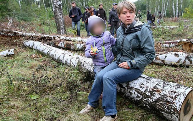 Evghenia Chirikova con uno dei figli (Foto AsiaNews)