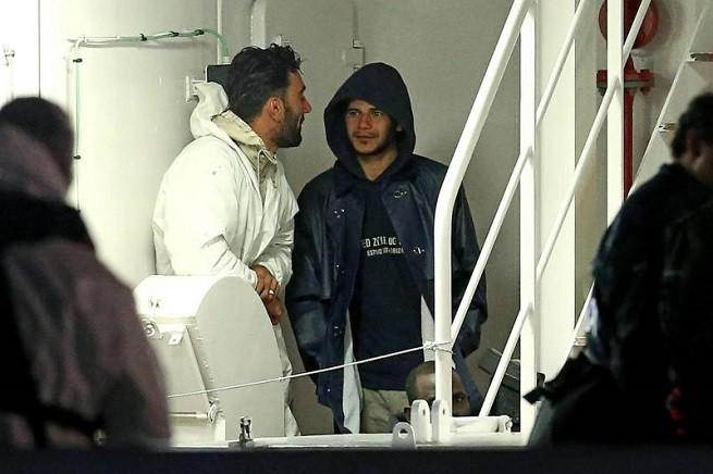 A sinistra, con la tuta bianca, Mohammed Ali Malek, tunisino, comandante della barca rovesciatasi