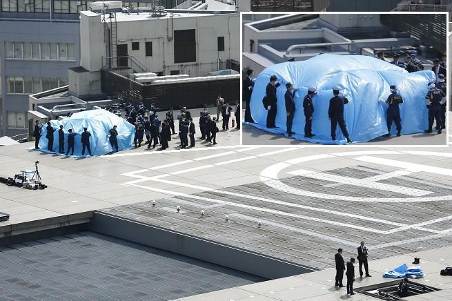 Il drone atterrato sul Kamei, la sede del Governo giapponese, circondato dalla sicurezza (Foto AGI/REUTERS/Toru Hanai)