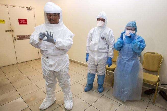 Personale medico attrezzato con i Dispositivi di Protezione Individuali prescritti nel protocollo di trattamento dell'ebola (foto di repertorio)