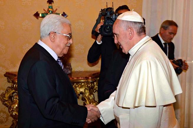 Il presidente dell'Autorità Nazionale Palestinese, Mahmoud Abbas (in arte Abu Mazen), e Papa Francesco (foto Adnkronos/Infophoto)