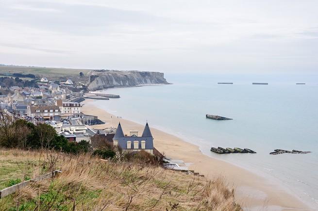 Le spiagge di Arromanches-les-Bains (Calvados, Bassa-Normandia), con i pontoni utilizzati a Mulberry dagli Alleati nello Sbarco in Normandia (Foto Wikipedia)