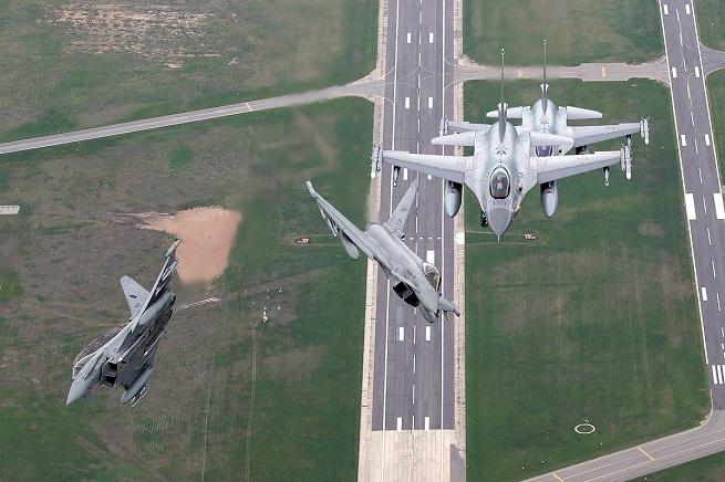 F16 della Kongelige Norske Luftforsvaret e Eurofighter Typhoon dell'Aeronautica Militare Italiana (foto NATO)