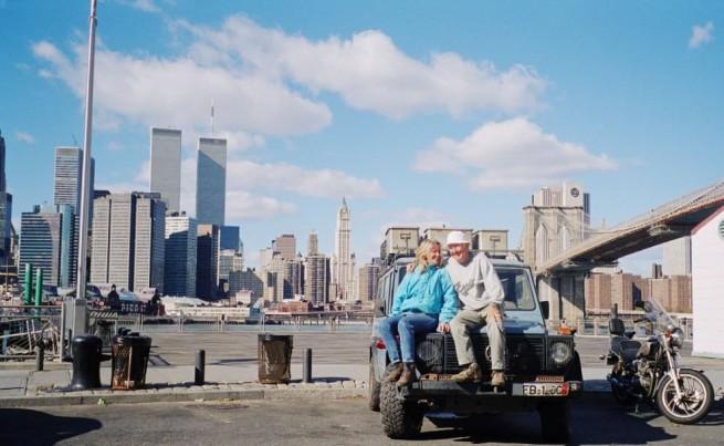 """Günther e Christine Holtorf a New York con """"Otto"""", la Mercedes 300 GD Wagon chiamata """"Otto"""". Sullo sfondo le Torri Gemelle del World Trade Center. Oggi di questa foto solo Günther e """"Otto"""" esistono ancora (foto da ottosreise.de)"""