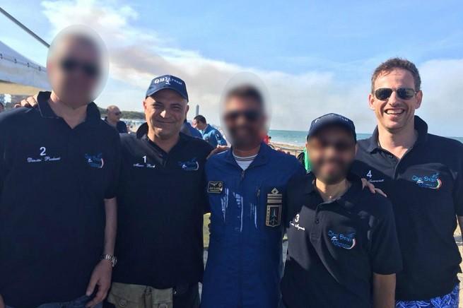 Da sinistra, Marco Ricci è il secondo (il primo visibile), mentre Luigi W. Franceschetti è l'ultimo (foto dalla pagina Facebook del gruppo 'Quei Bravi Ragazzi Team')