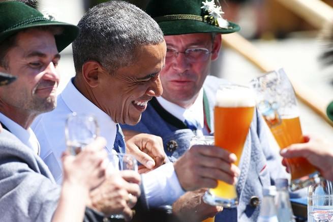 Il presidente americano Barack Obama mangia salsicce e beve birra a Kruen, in Baviera, prima del G7 (foto REUTERS/Hannibal Hanschke/AGI)