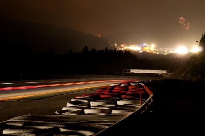 Uno scorcio notturno del circuito di Spa-Francorchamps visto dalla postazione fotografi collocata sul rettilineo dopo la curva 'Bruxelles' che porta alla 'double gauche' di Pouhon. Sullo sfondo il paddock e la tribuna principale di fronte ai vecchi box (foto da Blacpain Series GT)