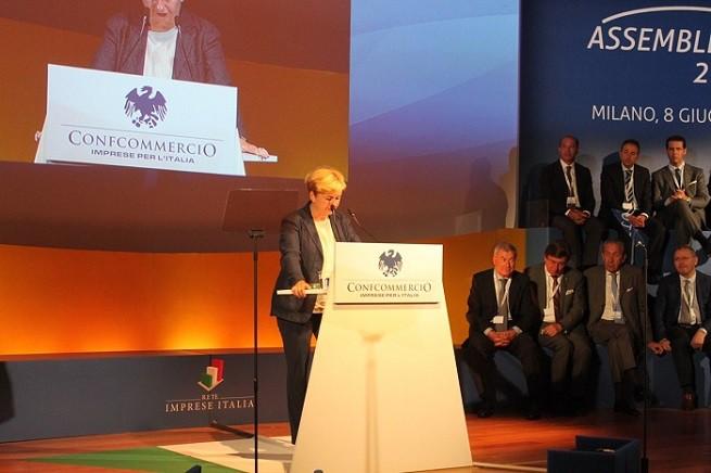 Federica Guidi, ministra dello Sviluppo Economico, contestata durante l'intervento all'Assemblea annuale di Confcommercio a Rho (foto Confcommercio)
