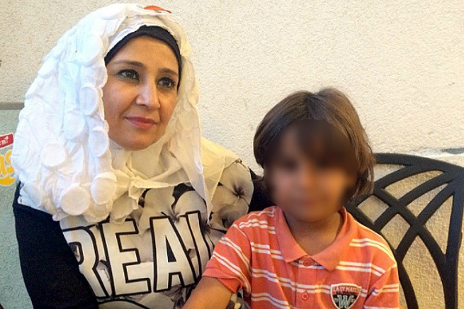 Shokrana Khalil Alawi (37) e suo figlio Mustafa (Photo Credit: Ruth Sherlock/The Telegraph)