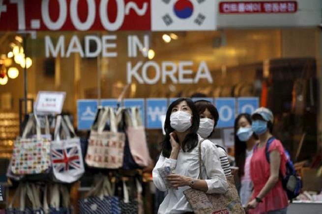 Turisti a Seul indossano mascherine per prevenire la Mers, Middle East Respiratory Syndrome (Foto REUTERS/Kim Hong-Ji)