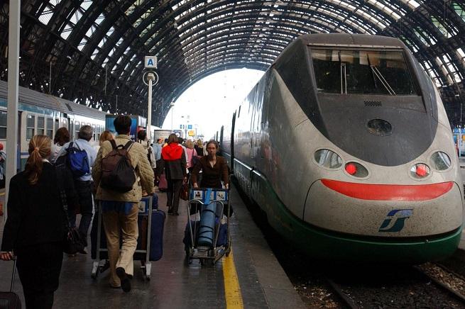 Le stazioni ferroviarie stanno diventando covi pericolosi, ma Ferrovie dello Stato programma una migliore gestione contro le aggressioni (Foto Infophoto/Adnkronos)