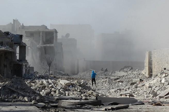 Devastazioni nella città di Aleppo, Siria (foto MOHAMMED AL-KHATIEB/AFP/Getty Images via AsiaNews)