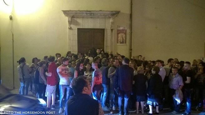 I visitatori attendono in massa di entrare nella chiesa del Carmine, per visitare una cisterna di origine greca ivi conservata