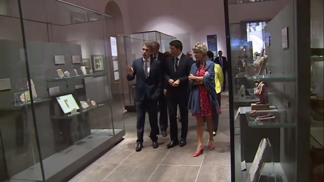 Matteo Renzi tra Christian Greco, direttore del Museo Egizio di Torino, e Evelina Christillin