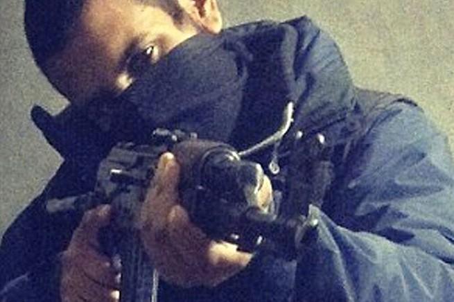 Junaid Hussain si è trasferito in Siria nel 2013, assumendo il nome islamico di Abu Hussain al-Britani. Comanda l'unità hacker dell'Isis in Siria, ma ha reclutato la persona sbagliata al momento giusto: giusto per evitare un attacco a Londra programmato per oggi, Armed Forces Day (foto da 'The Sun')