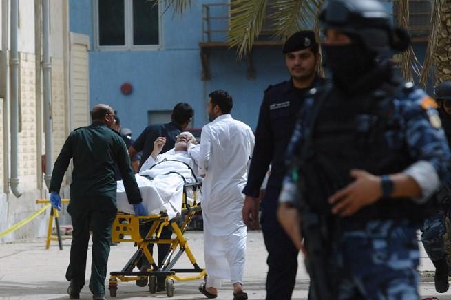 Le forze di sicurezza kuwaitiane e il personale della Mezzaluna Rossa prestano soccorsi alle persone colpite dall'esplosione causata dal kamikaze del sedicente Stato Islamico (foto Afp via Adnkronos)