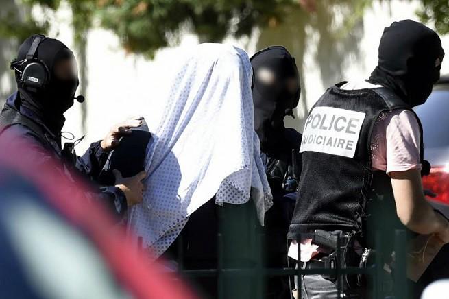 Yassin Salhi scortato dalla polizia giudiziaria oggi in casa per recuperare effetti personali e il passaporto. Poi è stato trasferito a Parigi, a disposizione della procura nazionale antiterrorismo (foto Afp via 'Le Dauphine')