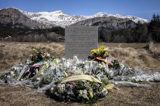 La lapide in granito grigio deposta a Le Verne in memoria delle 150 vittime del volo 4U9525 della Germanwings