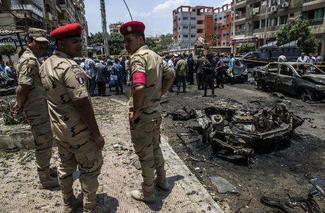I resti dell'autobomba che ha ucciso il 29 Giugno scorso il procuratore generale dell'Egitto, Hisham Barakat (foto AsiaNews)