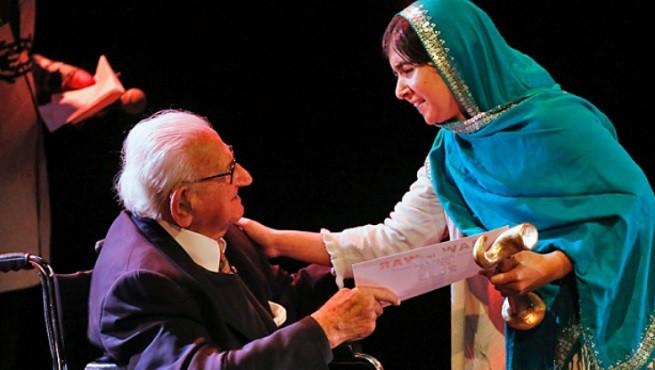 Sir NicholasWinton con Malala Yousafzai, a Londra nell'Ottobre 2013, alla consegna del Reach All Women in War award (foto da cbc.ca)