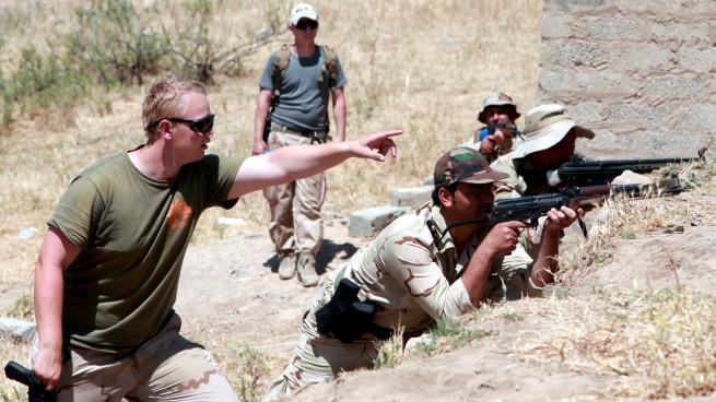 Addestramento di peshmerga curdi da parte di 'consiglieri militari' della Coalizione Internazionale contro il sedicente Stato Islamico (foto Reuters via AGI)
