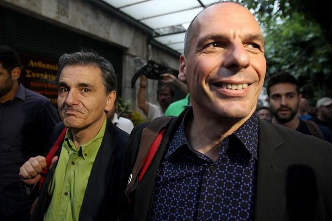 Euclides Tsakalotos, nuovo ministro delle Finanze della Grecia, con il suo predecessore, Yanis Varoufakis (foto Adnkronos)