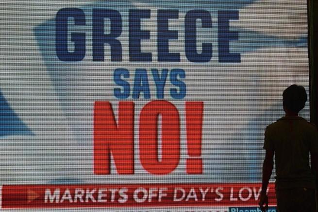 La vittoria del 'No' al referendum in Grecia è su tutti i media del mondo (foto Afp/Adnkronos)