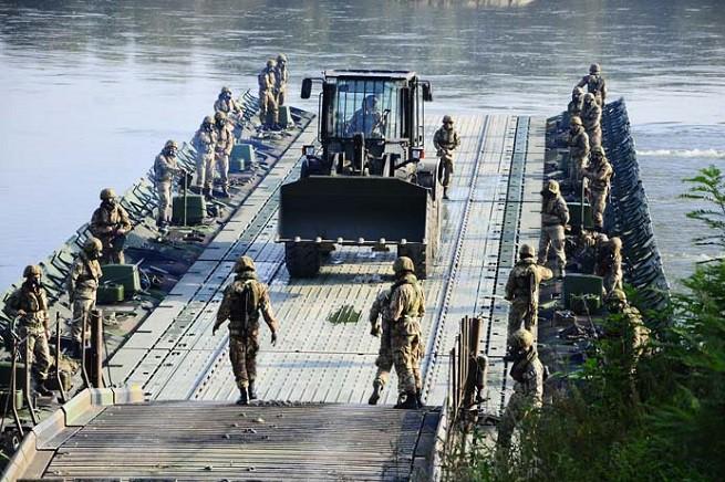 Militari del 'Genio Pontieri' all'opera (foto da congedatifolgore.com)