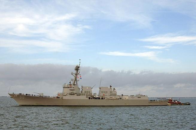 La fregata lanciamissili 'USS Forrest Sherman' (DDG-98), Classe Arleigh Burke, alla fonda della base di Norfolk, Virginia, sede della Seconda Flotta (ora disattivata) - Foto US Navy