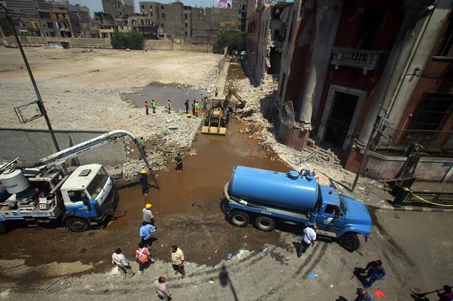 L'ingresso del Consolato italiano al Cairo e la strada laterale, dove si sono registrati i danni maggiori (foto Xinhua/Adnkronos)