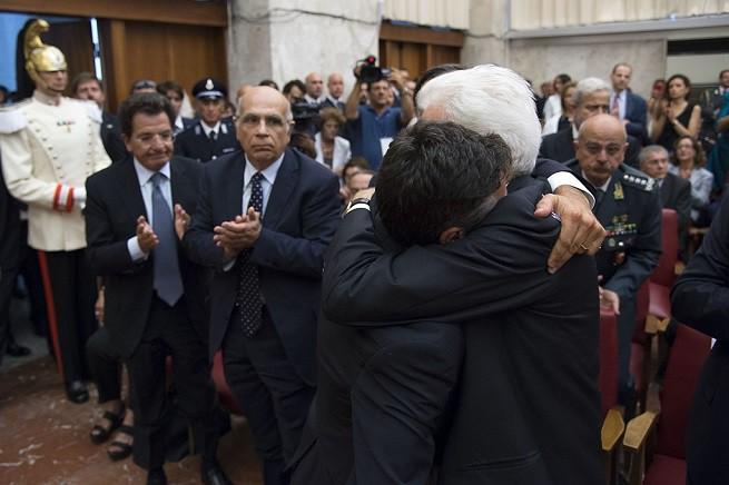 Il presidente della Repubblica, Sergio Mattarella, abbraccia Manfredi Borsellino, figlio di Paolo, magistrato eroe e simbolo della Sicilia perbene che non si è piegato, non si piega e non si piegherà mai alla criminalità organizzata e ai gangli criminali presenti anche nella burocrazia e nella politica (foro Ufficio Stampa Quirinale)