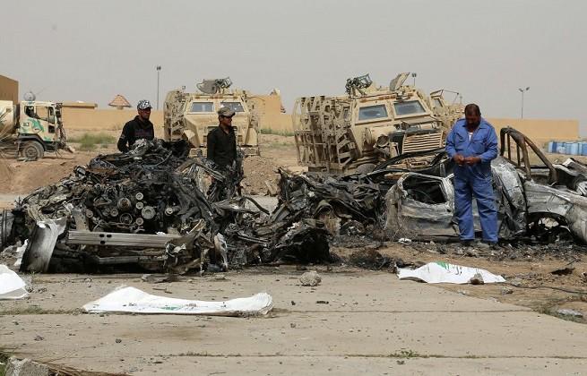 I rottami dell'auto utilizzata per compiere l'attacco suicida al confine tra Iraq e Giordania il 25 Aprile scorso (foto AP)