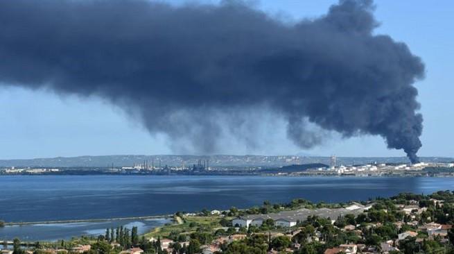 La colonna di fumo che si alzò dall'impianto petrolchimico di Lyondellbasell il 14 Luglio scorso, a seguito dello scoppio causato da un doppio innesco esplosivo (foto Afp via 'L'Express')
