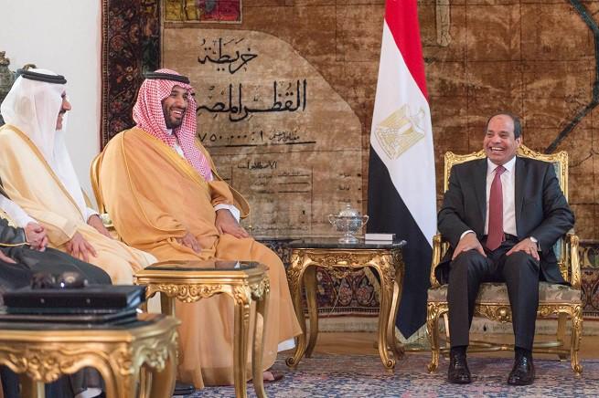 Da destra verso sinistra, il presidente egiziano Abdel Fattah al-Sisi e il ministro della Difesa dell'Arabia Saudita, Mohammed bin Salman al Saud, secondo in linea di successione al trono saudita