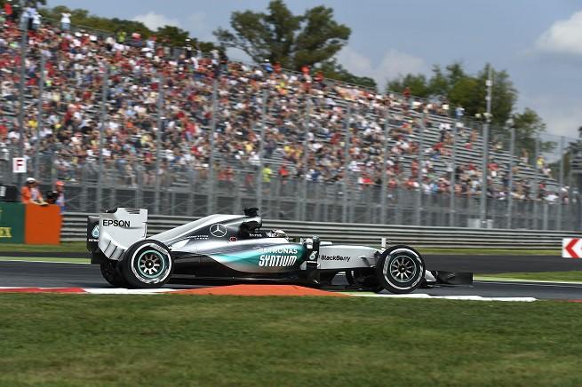 Lewis Hamilton alla Prima Variante del circuito di Monza (© FOTO STUDIO COLOMBO PER PIRELLI MEDIA Free Right)