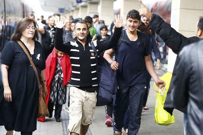 Migranti alla stazione di Vienna, capitale dell'Austria (foto Reuters via AGI)