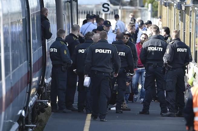 La polizia danese presidia i treni al confine con la Germania (foto Afp/AdnKronos)