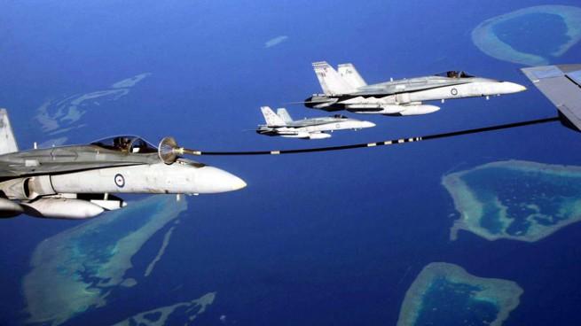 """F18/A """"Hornet"""" della Royal Australian Air Force (RAAF) impegnati nell'operazione di rifornimento in volo sul Golfo Arabico/Persico (foto Russia Today)"""