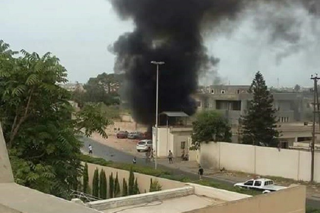 L'esplosione dell'autobomba all'esterno del supercarcere di Hadba, a Tripoli (foto da social via Libya Herald)