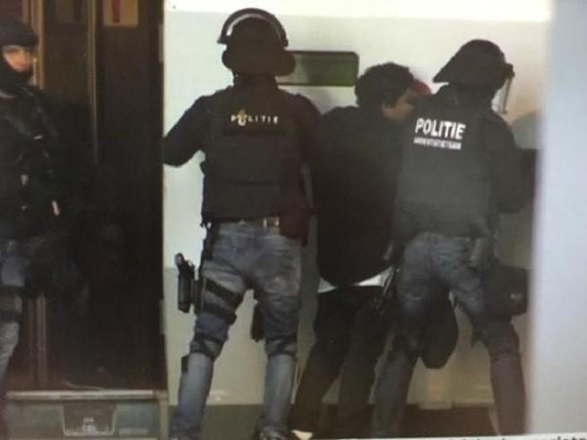 L'arresto dell'uomo da parte dell'antiterrorismo olandese (foto di RTL Nieuws @RTLnieuws)